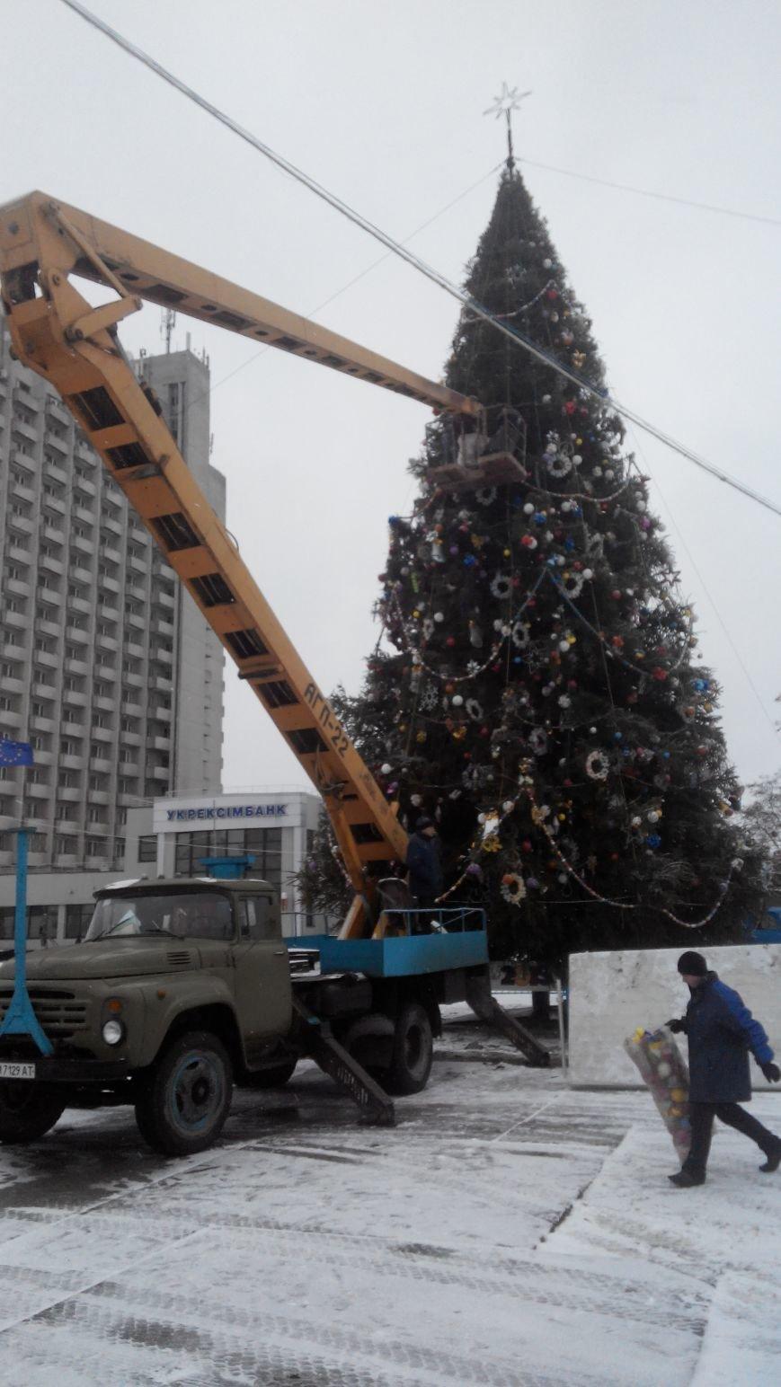 В Сумах начали разбирать новогоднюю елку (фото) - фото 1