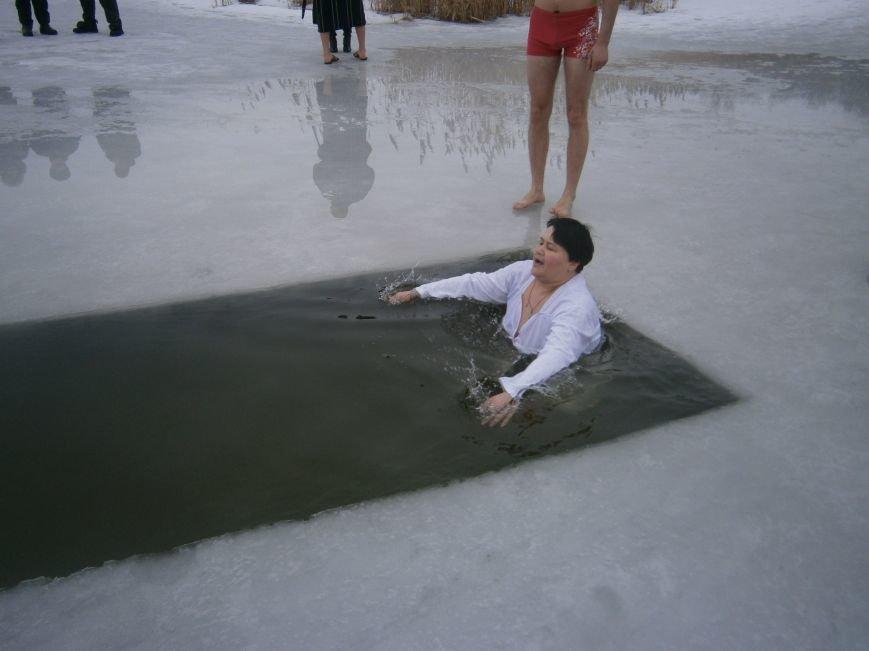 Как жители Димитрова купались в освященном водоеме «Синянка» (фото) - фото 17