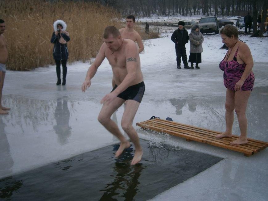 Как жители Димитрова купались в освященном водоеме «Синянка» (фото) - фото 14