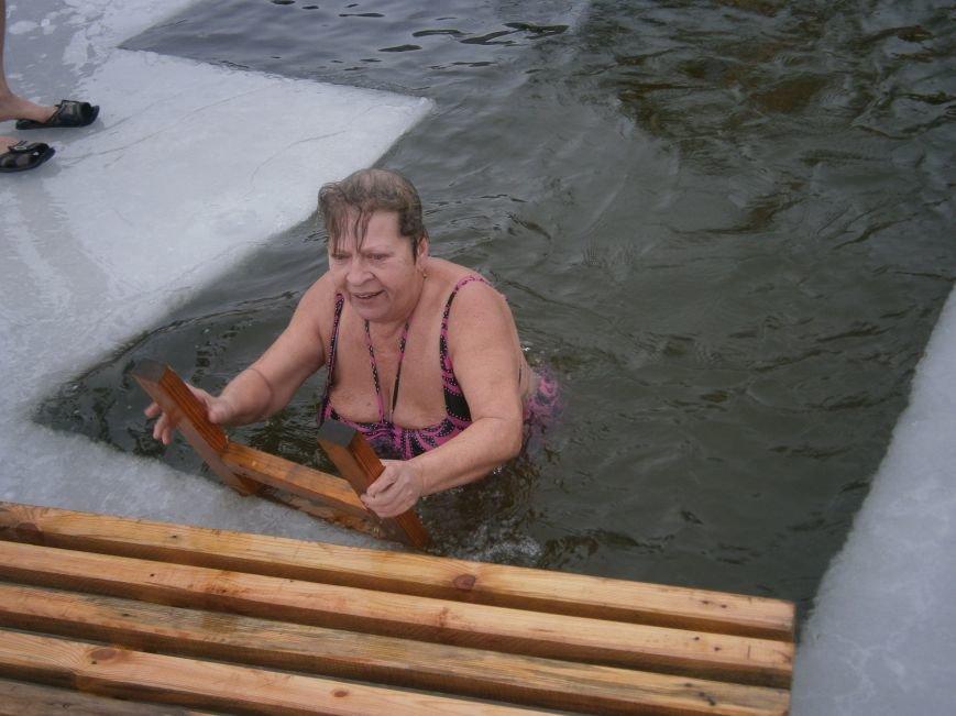 Как жители Димитрова купались в освященном водоеме «Синянка» (фото) - фото 15