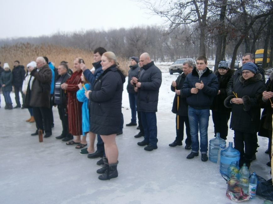 Как жители Димитрова купались в освященном водоеме «Синянка» (фото) - фото 12