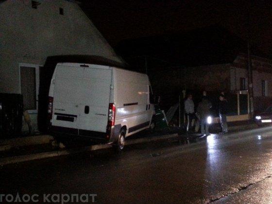 В Ужгороді мікроавтобус протаранив будинок (ФОТО) (фото) - фото 1