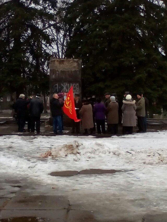 В Кривом Роге коммунисты вышли к сброшенному памятнику Ленина на митинг-реквием (ФОТО) (фото) - фото 1