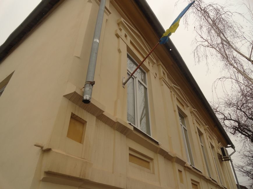 В Мариуполе неизвестные атаковали управление культуры горсовета и 4 корпус ПГТУ (ФОТОФАКТ) (фото) - фото 1