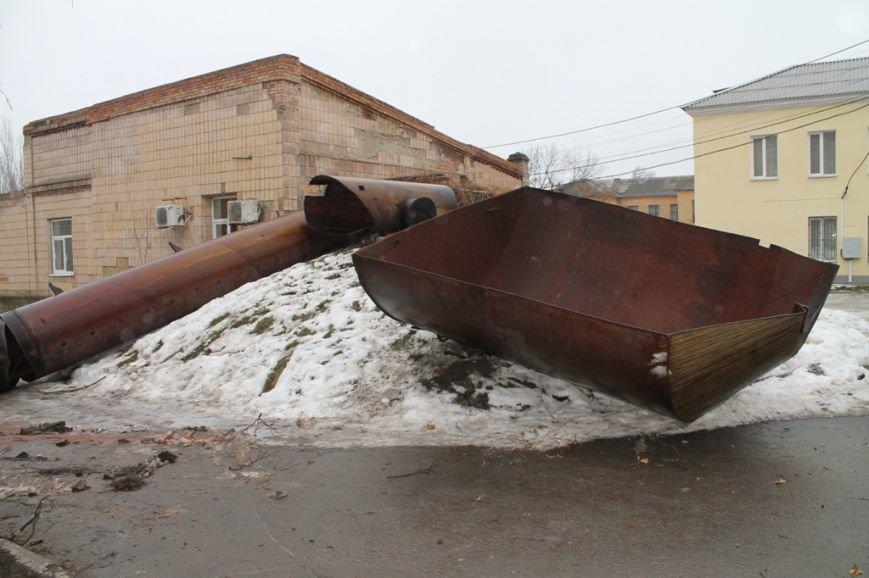 На территории Артемовской ЦРБ демонтировали старую водонапорную башню. ФОТОФАКТ, фото-3