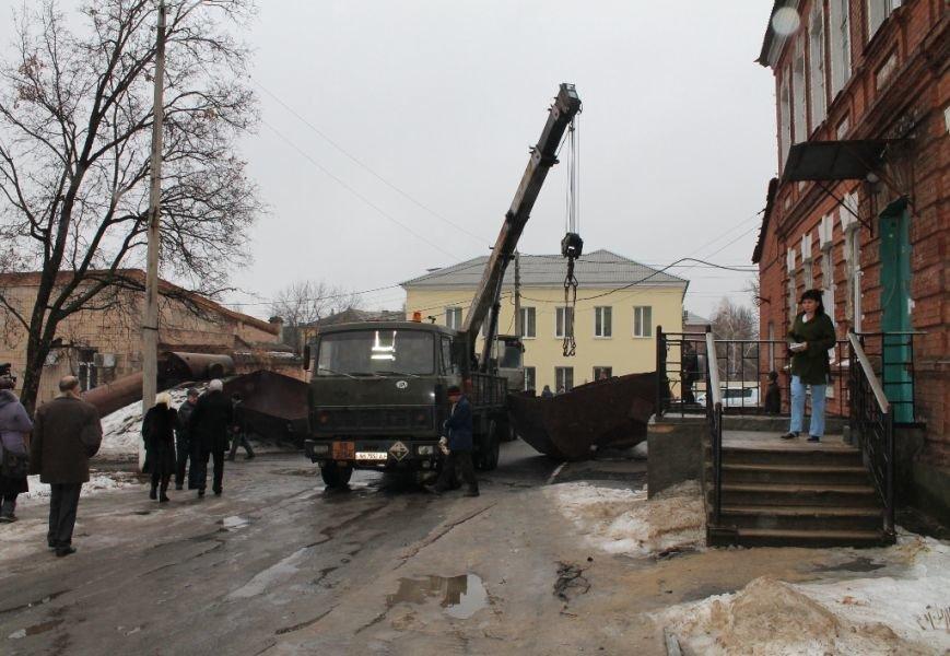 На территории Артемовской ЦРБ демонтировали старую водонапорную башню. ФОТОФАКТ, фото-1