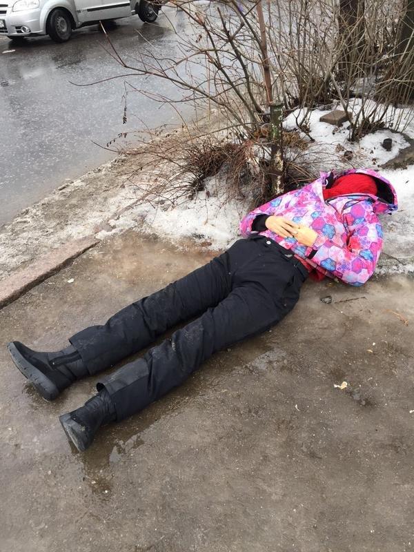 В Донецке снаряд разорвался в районе остановки на Боссе - погибли 13 мирных жителей (ФОТО, ВИДЕО, 18+) (фото) - фото 4