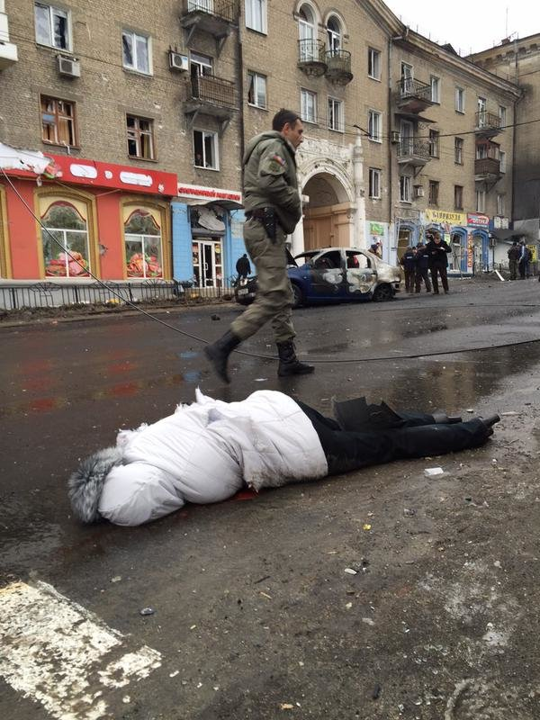 В Донецке снаряд разорвался в районе остановки на Боссе - погибли 13 мирных жителей (ФОТО, ВИДЕО, 18+) (фото) - фото 5