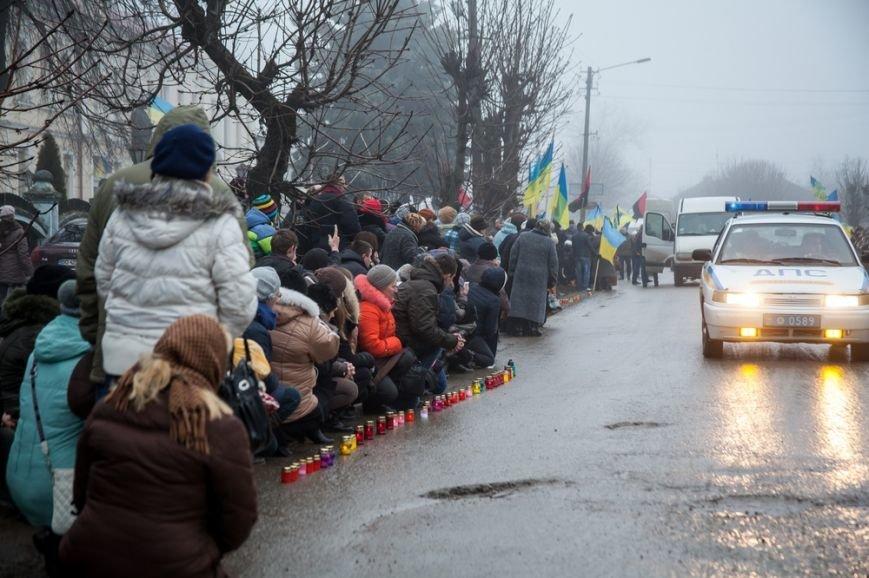 На Тернопільщині сотні людей зустрічали тіло «кіборга» Володимира Труха (фоторепортаж) (фото) - фото 1