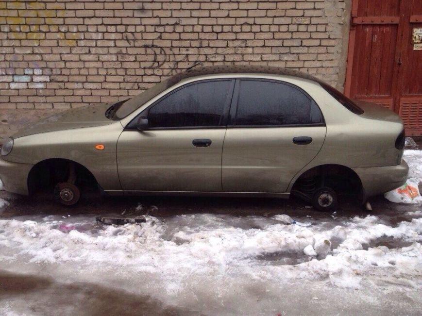 ФОТОФАКТ: В Запорожье автоворы «разули» очередную машину прямо в центре города (фото) - фото 1