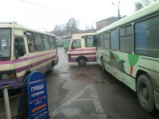 В Днепродзержинске на поошади ДМКД фирмы конкуренты возобновили блокирование маршрута на Днепропетровск (фото) - фото 2