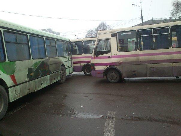 В Днепродзержинске на поошади ДМКД фирмы конкуренты возобновили блокирование маршрута на Днепропетровск (фото) - фото 1