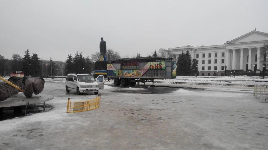 На центральной площади Краматорска убрали новогоднее украшение (фото) - фото 2
