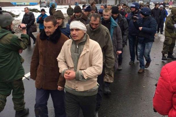 Пленных «киборгов» провели по улицам Донецка - Захарченко шел рядом (ФОТО) (фото) - фото 1