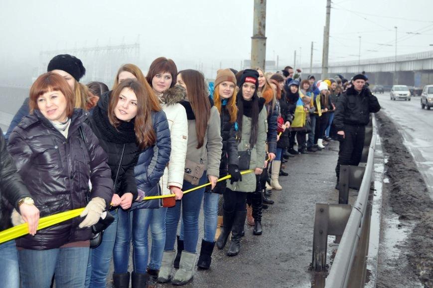 ФОТОРЕПОРТАЖ: Запорожцы с двух берегов Днепра воссоединились на плотине Днепрогэс, фото-2