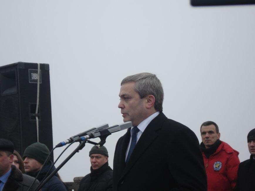 В Днепропетровске правый и левый берег связали километровым рушником (фото) - фото 4
