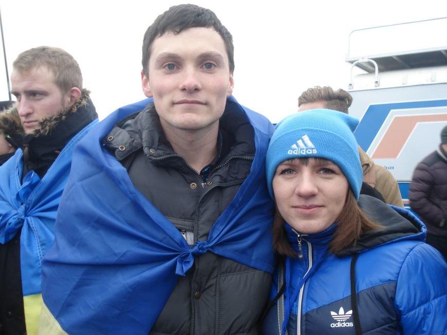 В Днепропетровске правый и левый берег связали километровым рушником (фото) - фото 1