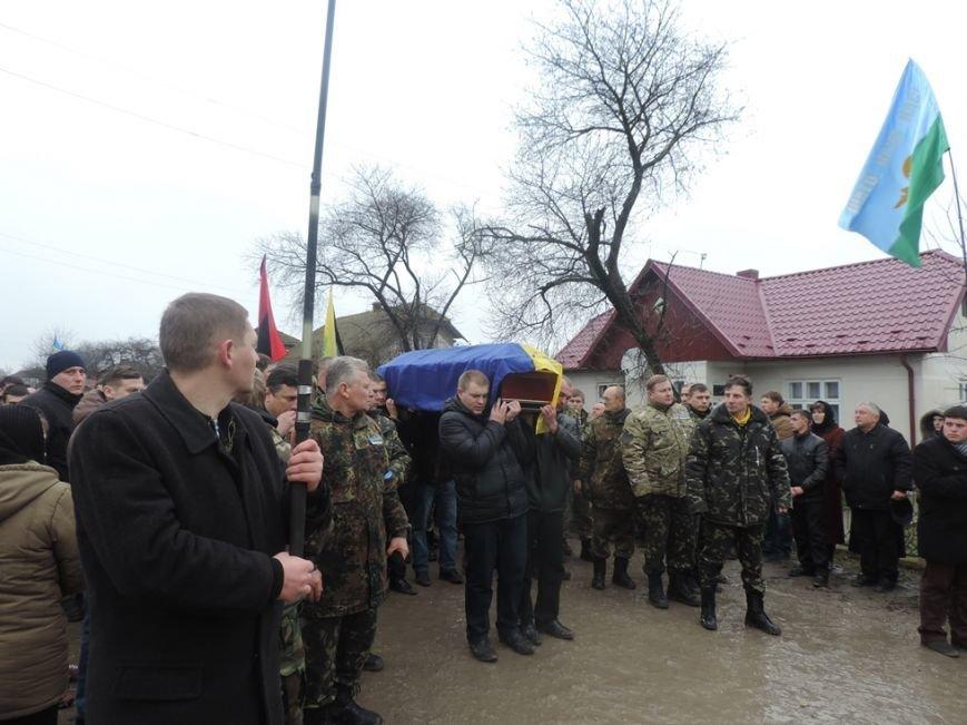 На Тернопільщині сотні людей провели в останню путь бійця, який загинув в  Донецькому аеропорту (ФОТО) (фото) - фото 1