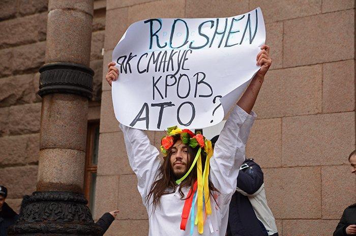 Активист Довлатов устроил под николаевской мэрией «кровавый» экшн (ФОТО+ВИДЕО, 18+), фото-1