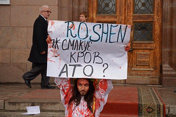 Активист Довлатов устроил под николаевской мэрией «кровавый» экшн (ФОТО+ВИДЕО, 18+), фото-6