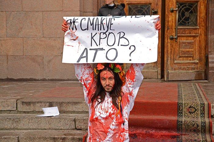 Активист Довлатов устроил под николаевской мэрией «кровавый» экшн (ФОТО+ВИДЕО, 18+), фото-5