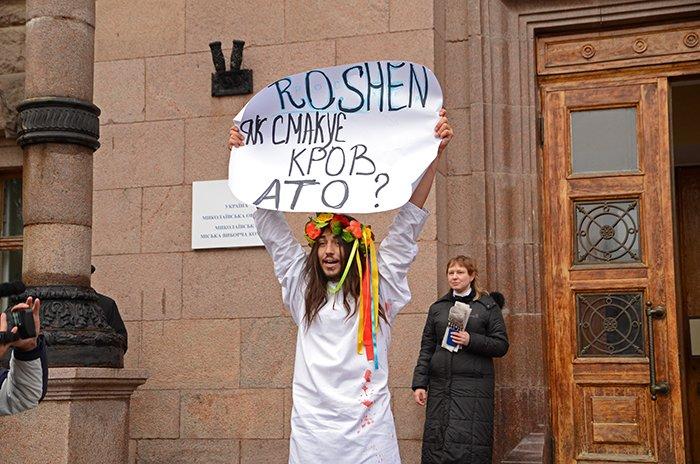 Активист Довлатов устроил под николаевской мэрией «кровавый» экшн (ФОТО+ВИДЕО, 18+), фото-2
