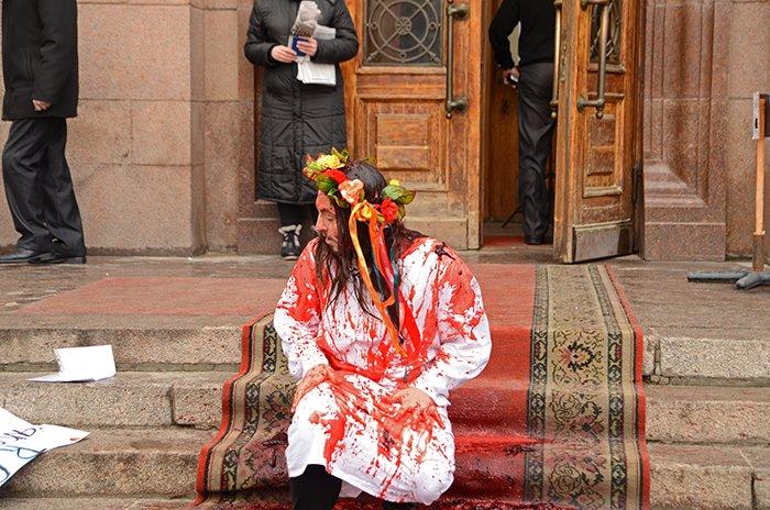 Активист Довлатов устроил под николаевской мэрией «кровавый» экшн (ФОТО+ВИДЕО, 18+), фото-3