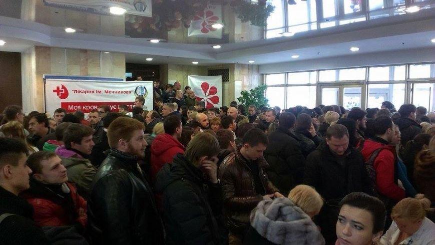 Возле Днепропетровской больницы собрались тысячи людей, чтобы помочь «киборгам», фото-1