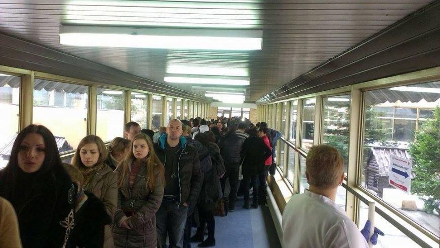 Возле Днепропетровской больницы собрались сотни людей, чтобы помочь «киборгам» (фото) - фото 1