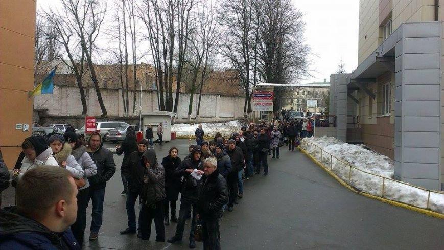 Возле Днепропетровской больницы собрались сотни людей, чтобы помочь «киборгам» (фото) - фото 2