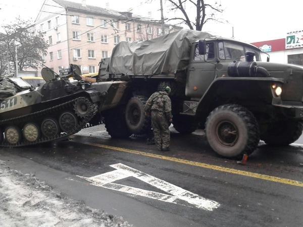 В центре Донецка боевики «ДНР» протаранили пассажирский автобус (ФОТО) (фото) - фото 1