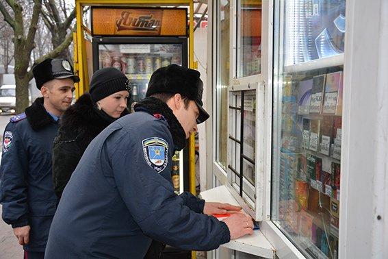 На магазинах Николаева появились наклейки с призывом не продавать спиртное и сигареты несовершеннолетним (ФОТО) (фото) - фото 3