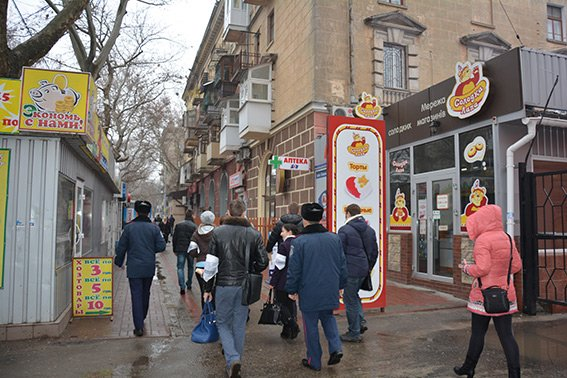 На магазинах Николаева появились наклейки с призывом не продавать спиртное и сигареты несовершеннолетним (ФОТО) (фото) - фото 1