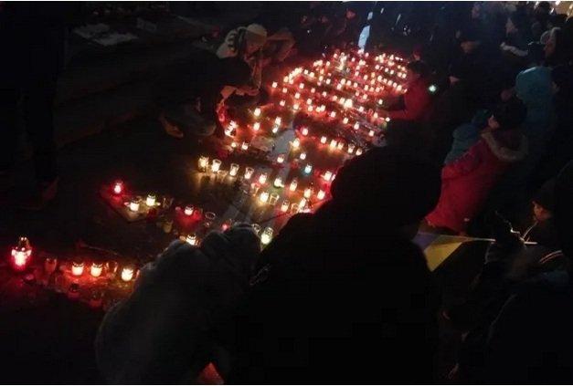 На Майдане Независимости киевляне почтили память погибших в Мариуполе (ФОТО, ВИДЕО) (фото) - фото 1