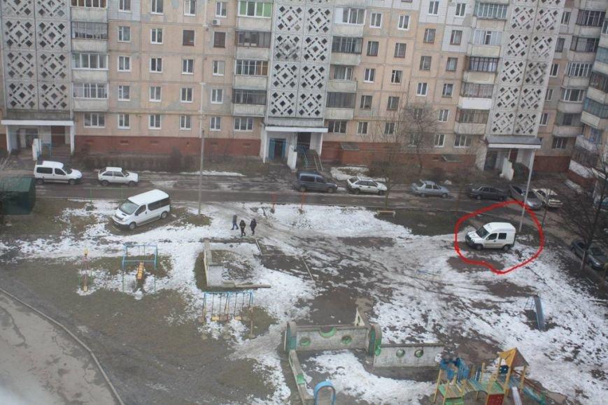 Справжні тернопільські «патріоти» паркуються просто на дитмайданчинку (фото) (фото) - фото 1