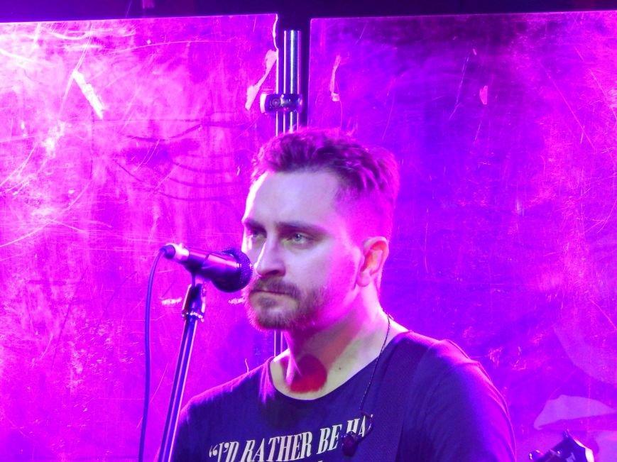 Соліст гурту С.К.А.Й. на концерті співав на сцені свої пісні разом з полтавцями (фото) - фото 5