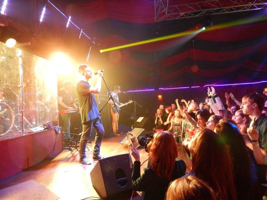 Соліст гурту С.К.А.Й. на концерті співав на сцені свої пісні разом з полтавцями (фото) - фото 6