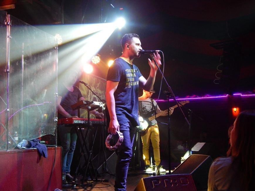 Соліст гурту С.К.А.Й. на концерті співав на сцені свої пісні разом з полтавцями (фото) - фото 3