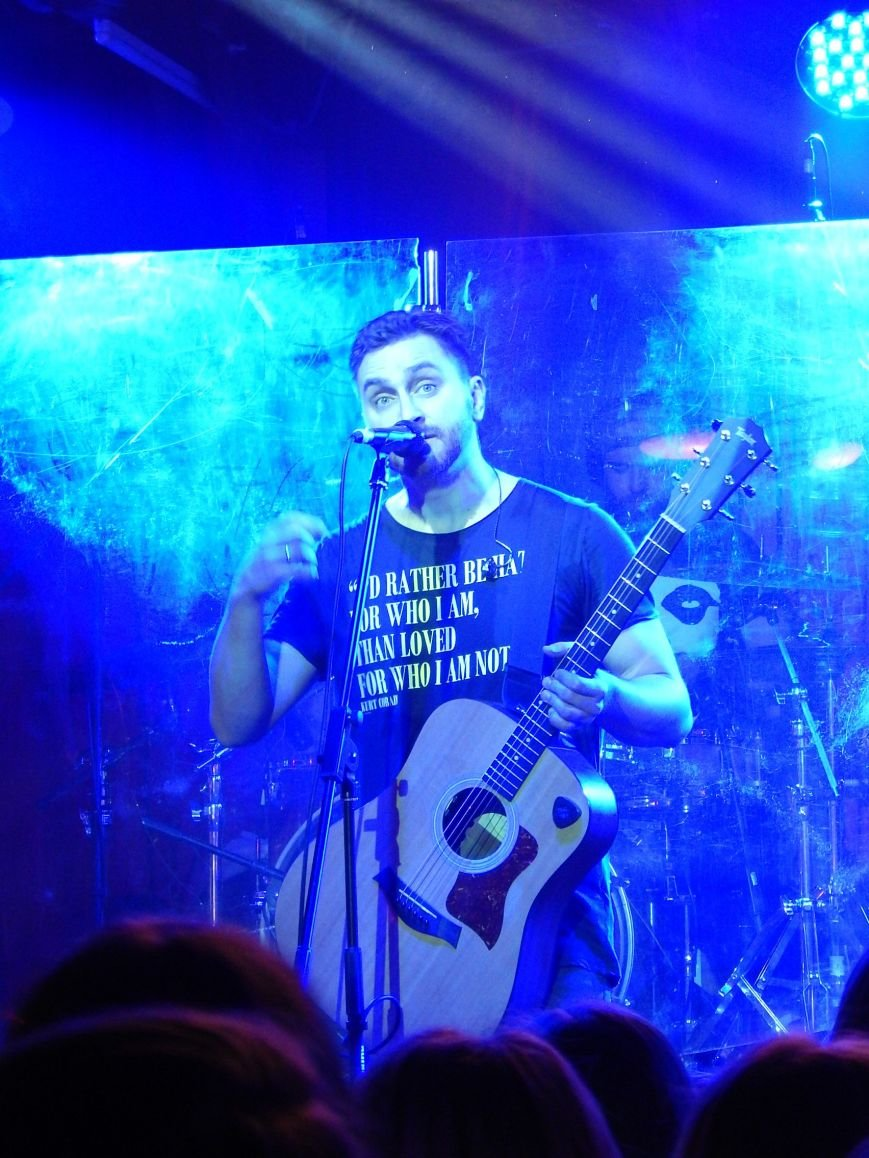 Соліст гурту С.К.А.Й. на концерті співав на сцені свої пісні разом з полтавцями (фото) - фото 7