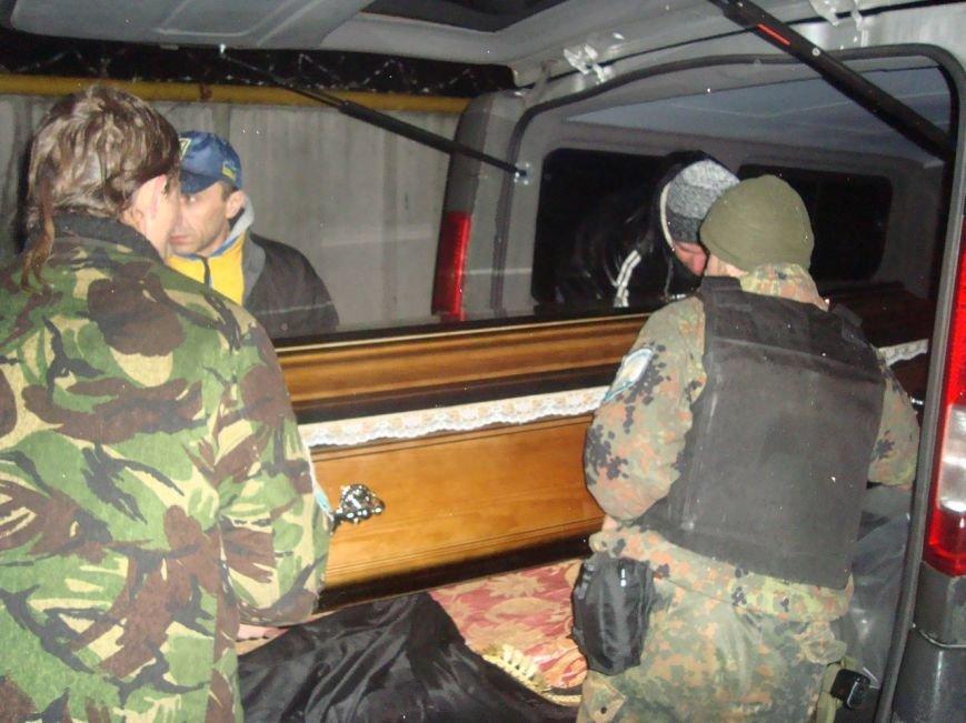 Мариупольцы встречали тело погибшего «киборга» (ФОТО) (фото) - фото 1