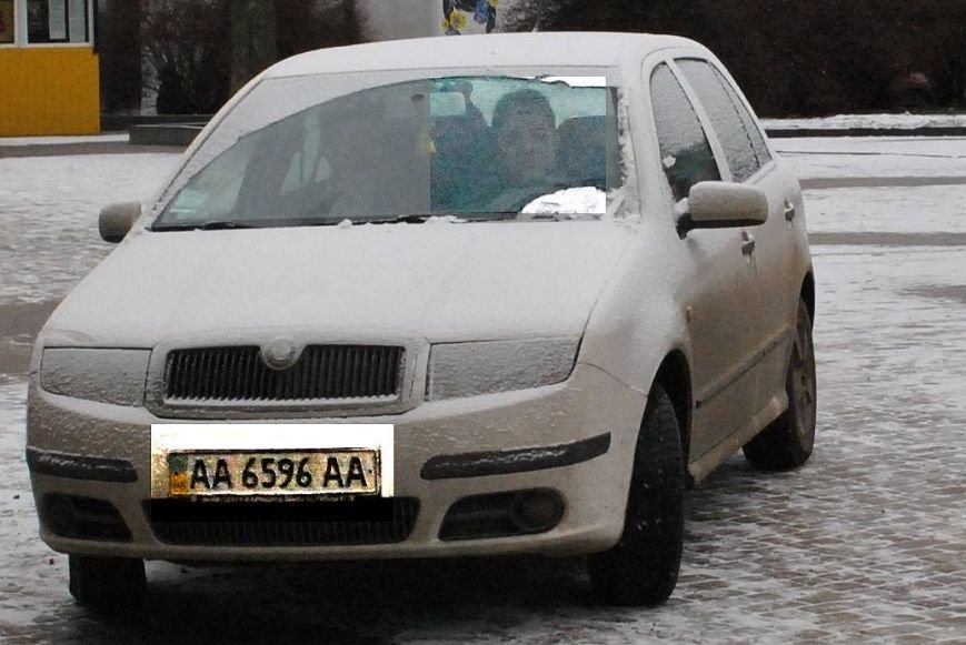 У Тернополі авто з київськими номерами каталося по пішохідній зоні біля пам'ятника Франку (Фото) (фото) - фото 1
