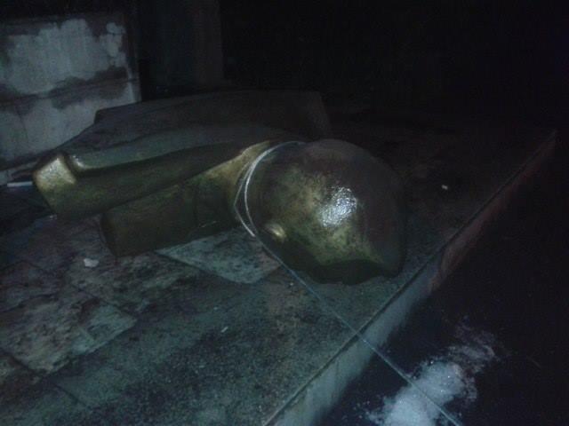 Под Одессой сбросили с постаментов памятники Ленину и Дзержинскому (ФОТО) (фото) - фото 1