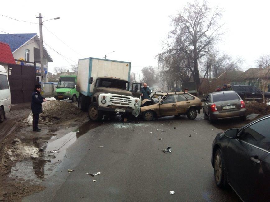 В Днепропетровске «ЗиЛ» врезался в «ВАЗ», фото-1
