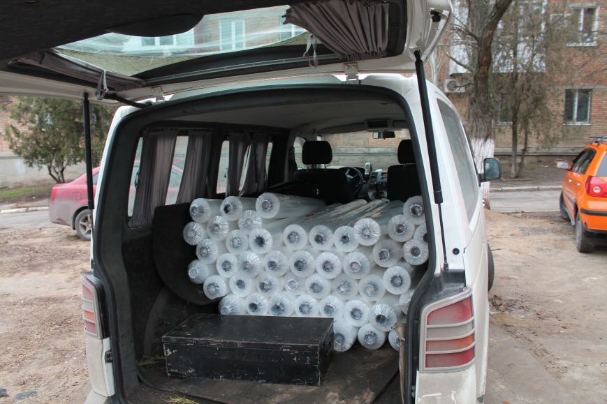 Николаевские нардепы закупили пленку, чтобы заклеить окна пострадавшим от обстрела мариупольцам (ФОТО) (фото) - фото 2