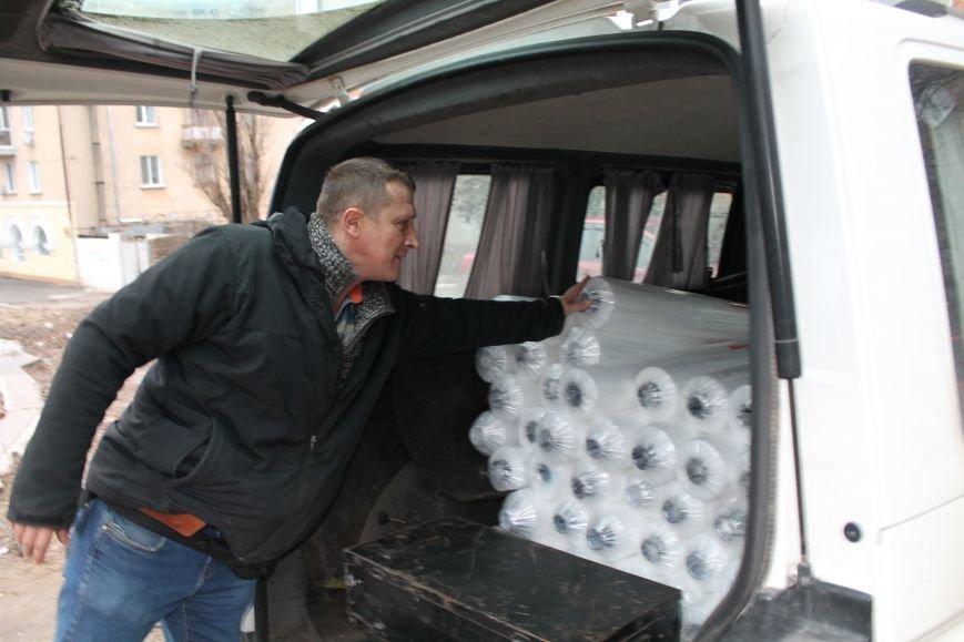 Николаевские нардепы закупили пленку, чтобы заклеить окна пострадавшим от обстрела мариупольцам (ФОТО) (фото) - фото 1