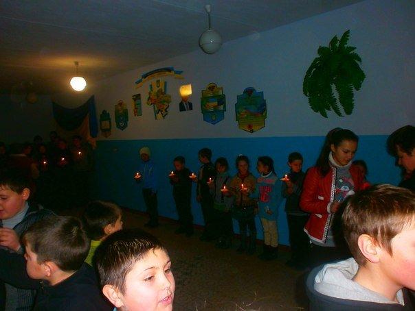 В селе на Николаевщине школьники зажгли свечи в память жертв мариупольской трагедии (ФОТО) (фото) - фото 2