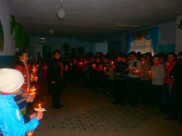 В селе на Николаевщине школьники зажгли свечи в память жертв мариупольской трагедии (ФОТО) (фото) - фото 1