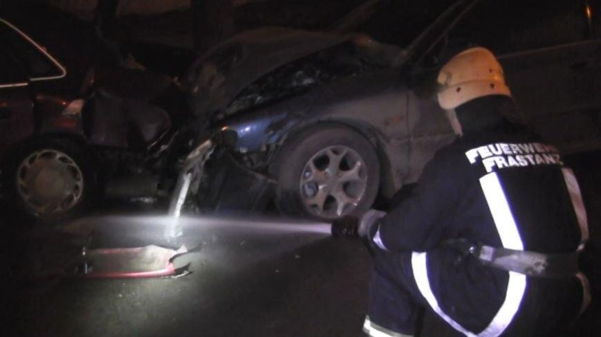 На проспекті Незалежності у Чернівцях автомобіль «Хонда» в'їхав у припарковані автомобілі (ВІДЕО) (фото) - фото 1