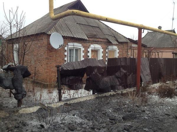 В результате массированного артобстрела в Донецк погиб один мирный житель,  ранено 17, разрушены десятки домов (ФОТО) (фото) - фото 1
