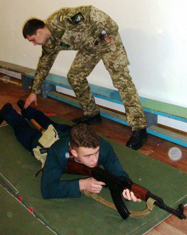 Десантники провели урок «Защита Отечества» для старшеклассников Николаевской гимназии (ФОТО) (фото) - фото 1